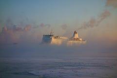 Balsee la llegada al puerto de Helsinki en una mañana fría del invierno en el medio de humo del mar Imágenes de archivo libres de regalías