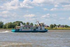 Balsee la navegación en el río Boven-Merwede de Woudrichem a Gorinche fotografía de archivo