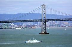Balsee la vela debajo del puente San Francisco, California de la bahía de Oakland Fotografía de archivo