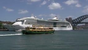 Balsee saliendo del puerto de Sydney con el barco de cruceros y el puente del puerto en el fondo almacen de metraje de vídeo