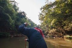 Balsero Row el barco en corriente del agua que lleva a Thi Lor Su Waterfall en Tak Province en Tailandia del noroeste Imágenes de archivo libres de regalías