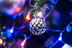 Balstuk speelgoed op tak van Kerstboom voor nieuw jaar met vage kleurrijke achtergrond van lichtenslinger voor nieuw jaar Royalty-vrije Stock Foto