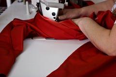 Balta 11 de maio de 2017: A costureira costura a roupa em uma fábrica da costura na cidade ucraniana de Balta o 11 de maio de 201 Foto de Stock