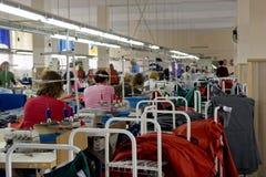 Balta 11 de maio de 2017: Os povos costuram a roupa da qualidade em uma fábrica da costura na cidade ucraniana de Balta o 11 de m Foto de Stock