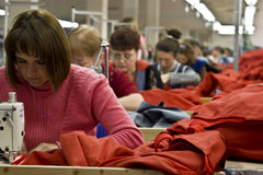 Balta 11 de maio de 2017: Os trabalhadores de mulheres estão trabalhando em uma fábrica do vestuário na cidade ucraniana de Balta Foto de Stock