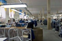 Balta 11 de maio de 2017: Os trabalhadores na fábrica da costura na cidade ucraniana de Balta costuram roupa o 11 de maio de 2017 Foto de Stock