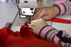 Balta 11 de maio de 2017: Uma mulher costura a roupa para pedir em uma fábrica da costura na cidade ucraniana de Balta o 11 de ma Fotografia de Stock Royalty Free