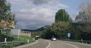 Baltarga, Lerida, Ισπανία Drive αυτοκινήτων στον όμορφο αυτοκινητόδρομο ασφάλτου, αυτοκινητόδρομος, εθνική οδός ν-1411 κοντά στα  απόθεμα βίντεο