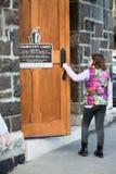BALTIMORA, MARYLAND - 18 FEBBRAIO: La porta di apertura della ragazza che cammina nella città di incanto agglutina il 18 febbraio Immagine Stock Libera da Diritti