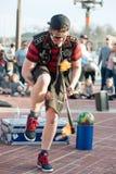 BALTIMORE INRE HAMN, MEDICINE DOKTOR - FEBRUARI 18: Gataaktören underhåller folkmassan med att jonglera handling på Februari 18,  Arkivfoton