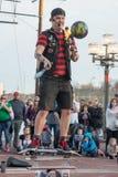 BALTIMORE INRE HAMN, MEDICINE DOKTOR - FEBRUARI 18: Gataaktören underhåller folkmassan med att jonglera handling på Februari 18,  Royaltyfri Fotografi