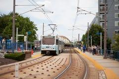 Baltimore, M.D. - 19 Juli, 2014 Trekt het Lichte het Spoorvoertuig van Baltimore in een post Stock Afbeeldingen