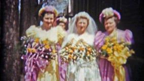 BALTIMORE, MARYLAND 1942: Bruid met meisjes die vóór het grote huwelijk pronken met stock footage