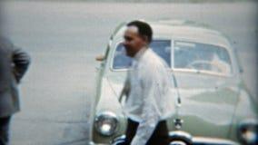 BALTIMORE, MARYLAND 1951: De communautaire leden verzamelen zich en gaan buiten kerk weg stock footage
