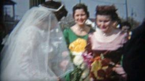 BALTIMORE, MARYLAND 1942: Echtpaar enkel met uitstekende ijzerhandel op achtergrond stock videobeelden