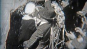 BALTIMORE, MARYLAND 1942: Huwelijkspaar met rijstrecht uit de kerk wordt overgoten die stock video