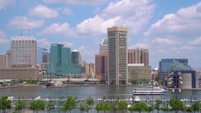 Baltimore, Maryland - 28. MAI 2019: Inner Harbor Lupin Pharmaceuticals Inc-Boote und Stadtskyline am sonnigen Tag herein stock video