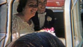 BALTIMORE, MARYLAND 1942: Recienes casados que escapan a las muchedumbres en un coche almacen de metraje de vídeo