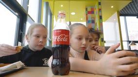 Baltimore, Maryland, usa - Luty 21, 2019: nastolatków przyjaciele je fast food i przyglądającego smartphone w kawiarni giro zdjęcie wideo