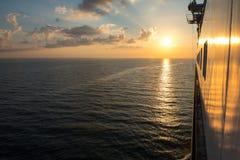 Baltische Fähre in den Sonnenuntergangstrahlen stockbild