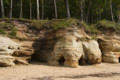 Baltische Küste mit Sandsteinfelsen und weißer Sand nahe Vidzeme, Lettland Stockfoto