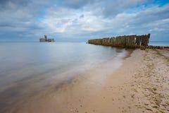 Baltische sandige Küste mit alten Militärgebäuden vom Zweiten Weltkrieg Stockfotografie