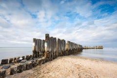 Baltische sandige Küste mit alten Militärgebäuden vom Zweiten Weltkrieg Lizenzfreies Stockfoto