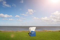 Baltischer Strandstuhl an der Nordseeküste stockbilder