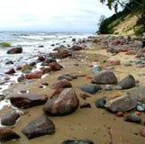 Baltisches Se-Ufer mit Flusssteinen Stockfoto