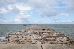 Baltisk strandvågbrytare på Liepaja, Lettland royaltyfria bilder