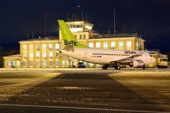 Baltiskt Boeing 737-500 för YL--BBDluft anseende på Sheremetyevo den internationella flygplatsen Arkivbild