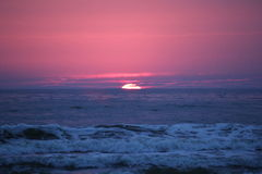 Baltiskt hav för solnedgång i Litauen arkivfoton