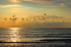 Baltiskt hav på sommaraftonen royaltyfria foton