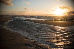 Baltiskt ljus för havssolnedgångvåg Royaltyfri Fotografi