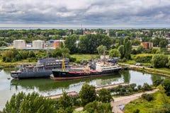 Baltiysk Kaliningrad region, Ryssland - Augusti 08, 2014: Den flyg- sikten till ryska militära skepp av baltisk flotta ankrade i  Arkivfoto