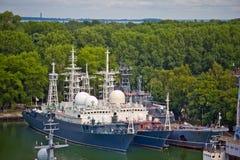 Baltiysk Kaliningrad region, Ryssland - Augusti 08, 2014: Den flyg- sikten till ryska militära skepp av baltisk flotta ankrade i  Royaltyfri Fotografi