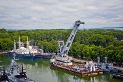 Baltiysk Kaliningrad region, Ryssland - Augusti 08, 2014: Den flyg- sikten till ryska militära skepp av baltisk flotta ankrade i  Arkivbild