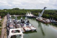 Baltiysk Kaliningrad region, Ryssland - Augusti 08, 2014: Den flyg- sikten till ryska militära skepp av baltisk flotta ankrade i  Arkivfoton