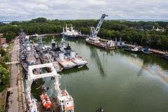 Baltiysk Kaliningrad region, Ryssland - Augusti 08, 2014: Den flyg- sikten till ryska militära skepp av baltisk flotta ankrade i  Royaltyfri Bild