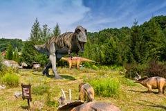 Baltow,波兰- 2017年8月02日:自然尺寸恐龙现实模型在侏罗纪公园在Baltow 图库摄影