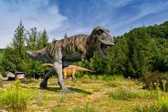 Baltow, Polônia - 2 de agosto de 2017: Modelos realísticos de dinossauros natural-feitos sob medida em Jurassic Park em Baltow fotos de stock
