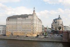 Baltschug Kempinski hotell och bank av Ryssland som bygger 17 05 2018 Royaltyfria Bilder