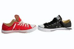 Balttle del zapato de lona con el zapato blanco del fondo, rojo y negro Imágenes de archivo libres de regalías