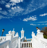Balustr de blanc de la mer Méditerranée de del Mediterraneo de balcon de Benidorm Photos libres de droits