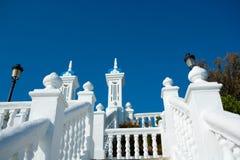 Balustr de blanc de la mer Méditerranée de del Mediterraneo de balcon de Benidorm Photographie stock