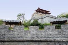 Balustrad av den forntida kinesiska väggen med porttornet på bergstoppet Royaltyfri Foto