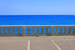 Balustrad framme av havet Royaltyfri Fotografi