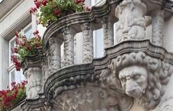 Balustrad med lejonhuvudet av huset i Lviv, Ukraina royaltyfria foton