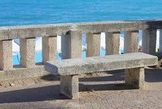 Balustrad och bänk framme av havet Fotografering för Bildbyråer