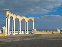 balustrad som förbiser havet Arkivbild